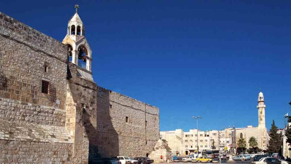 La Basílica de la Natividad en Belén. Fue construida sobre la cueva, más conocida como portal de Belén, donde tradicionalmente se cree que nació Jesús de Nazaret.