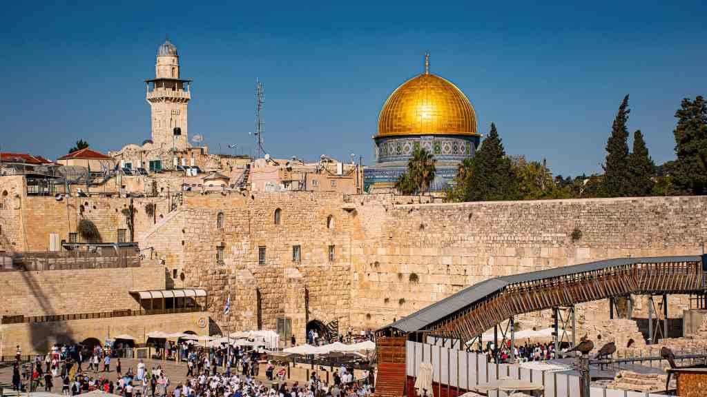 El Muro de las Lamentaciones o Muro de los Lamentos es el lugar más sagrado del judaísmo, vestigio del Templo de Jerusalén