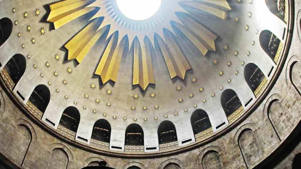 cúpula de La Iglesia del Santo Sepulcro, también conocida como Basílica del Santo Sepulcro, Iglesia de la Resurrección o Iglesia de la Anástasis, es un santuario religioso del cristianismo situado en la ciudad de Jerusalén.