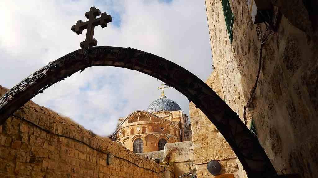 El vía crucis o estaciones de la vía crucis consiste en la meditación de los pasos de Jesús en su camino al calvario hasta su crucifixión y muerte.
